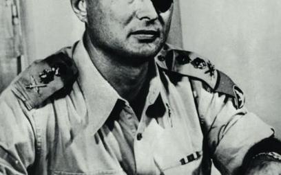 Gen. Mosze Dajan, szef Sztabu Generalnego armii izraelskiej, fotografia z 1956 r.