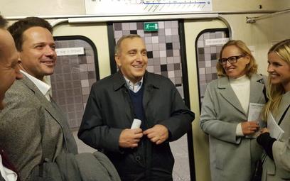Rafał Trzaskowski i Grzegorz Schetyna we wtorkowy poranek podróżowali warszawskim metrem.