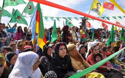 Kurdyjki biorą udział w obchodach Dnia Kobiet w Qamishli, miejscowości granicznej między Syrią a Tur