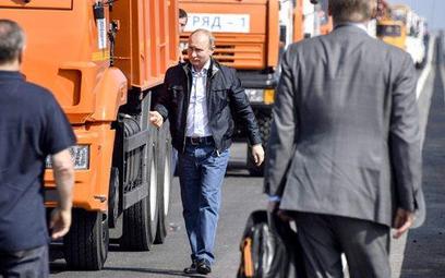 Szofer amator ciężarówki Władimir Putin po dojechaniu na Krym