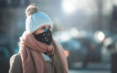 Dr Piotr Dąbrowiecki: Maska chroni też przed smogiem