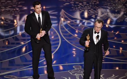 Oscar za najlepszy scenariusz oryginalny - Spotlight. Nagrodę odbierają Josh Singer i Tom McCarthy