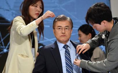 Faworyt wyborów Moon Jae-in w studiu telewizyjnym przed ostatnią debatą.