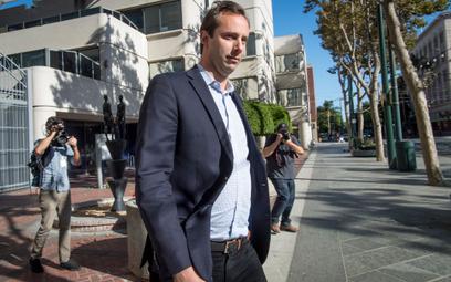 Anthony Levandowski wychodzi z budynku sądu w San Jose w Kalifornii 27 sierpnia