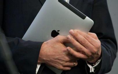 Zamiast laptopów dla szkół, tablety dla posłów