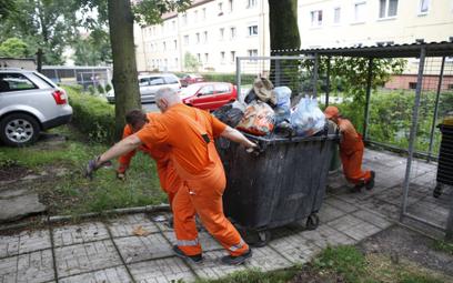 Opłaty za wywóz śmieci są podnoszone w wielu miastach. Część mieszkańców może jednak liczyć na prefe