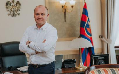 Piotr Krzystek – absolwent Wydziału Prawa i Administracji Uniwersytetu Szczecińskiego. W latach 2002