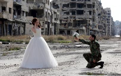 Wojna w Syrii. Sesja ślubna w ruinach w Homs