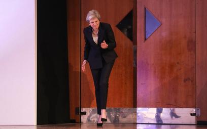 Theresa May wkracza tanecznym krokiem na scenę podczas konferencji Partii Konserwatywnej w Birmingha