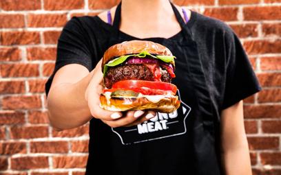 """Wegański """"krwisty"""" burger podbija USA. Wspierają go Bill Gates i Leonardo DiCaprio"""