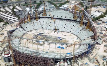 Katar buduje stadiony na mistrzostwa świata w piłce nożnej w 2022 r. Na trzech z nich krzesełka zamo