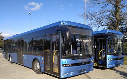 Autobusy Autosan SanCity 12LF przekazane 1. Bazie Lotnictwa transportowego w Warszawie. Fot./PGZ.