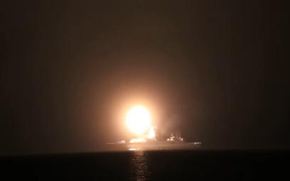Odpalenie hipersonicznego pocisku rakietowego typu 3M22 Cyrkon z wyrzutni fregaty wielozadaniowej Ad