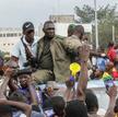 Triumfujący mundurowi na centralnym placu w malijskiej stolicy Bamako