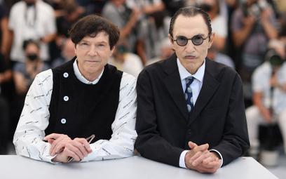 "Sparks Russell Mael i Ron Mael przed pokazem ""Anette"" na festiwalu w Cannes"