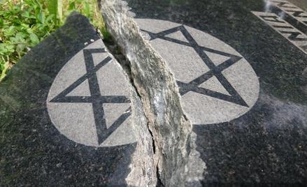 Na żydowskim cmentarzu w Bielsku-Białej zniszczono prawie 70 nagrobków. Sprawców szuka policja.