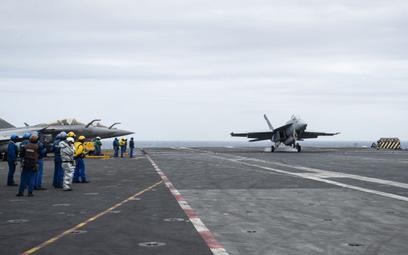 Amerykański Super Hornet ląduje na pokładzie francuskiego lotniskowca Charles de Gaulle. Fot./US Nav