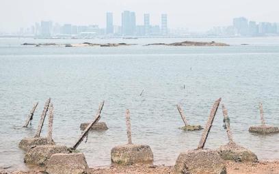 Zasieki na wyspie Dadan należącej do Republiki Chińskiej (Tajwan). I widok na położone kilka kilomet