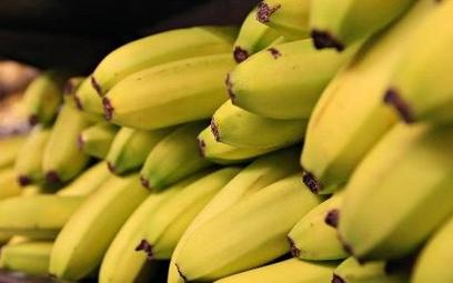 W bananach z Biedronki i Lidla znaleziono wykałaczki