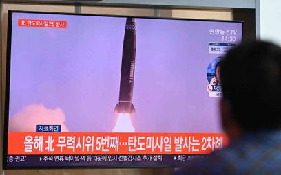 Południowokoreańska telewizja pokazuje zdjęcia z próby rakietowej przeprowadzonej przez Koreę Północ