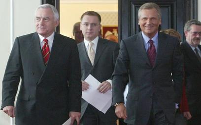 Październik 2002 r. Młoda twarz polskiej lewicy w otoczeniu starszych, doświadczonych kolegów. Micha