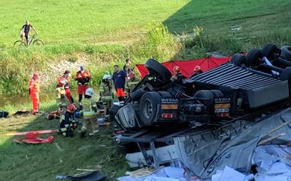 Na S8 w pobliżu Warszawy, na wysokości Kobyłki zderzyły się trzy samochody. Ciężarowe volvo, które w