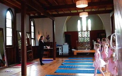 Klękanie? To tylko jedno z wielu ćwiczeń małych baletnic w dawnym kościele w Crystal Creek