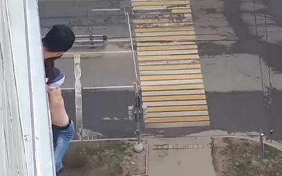 Rosja: Wypadł z okna, dostał mandat za wyjście z domu