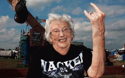 Dziewięćdziesięcioletnia fanka heavy metalu wymownym gestem wyraża entuzjazm dla muzyki, której miał