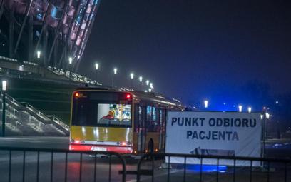 Warszawski autobus tlenowy przewiózł w piątek pierwszych pacjentów do szpitala na Stadionie Narodowy