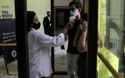 Mierzenie temperatury przed wejściem do Banco do Brasil Cultural Center w Rio de Janeiro