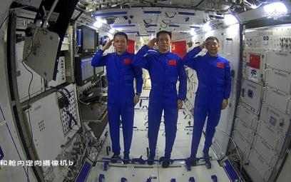 """Xi rozmawiał z astronautami. """"Czekamy na tryumfalny powrót"""""""