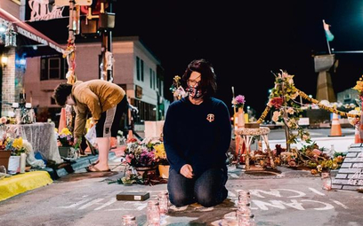 Courtney Ross, dziewczyna George'a Floyda, w miejscu, gdzie policjant przygniatał go kolanem przez 9