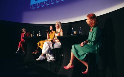 Uczestniczki debaty poświęconej wspieraniu rozwoju kompetencji cyfrowych kobiet nie tylko stawiały d
