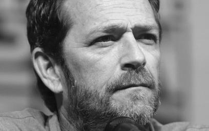 Luke Perry został pochowany w garniturze z grzybów
