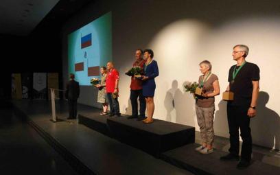 Zwycięskie pary mikstowe na podium 15. World Bridge Games w Wrocławiu. Fot. Wojciech Piotrowski