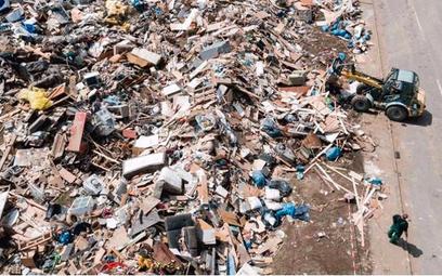 Składowisko zniszczonych przez powódź przedmiotów w miejscowości Arloff na zachodzie Niemiec