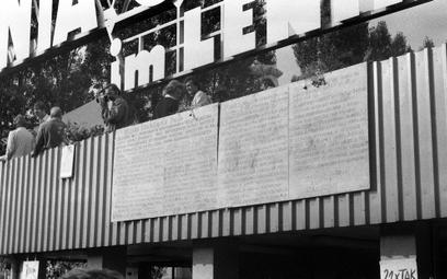 Strajk sierpniowy w Stoczni Gdańskiej im. Lenina. Tablice z 21 postulatami Międzyzakładowego Komitet