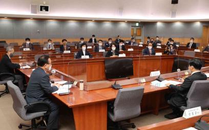 """Premier Korei Południowej w czasie posiedzenia panelu omawiającego strategię """"życia z COVID-19"""""""