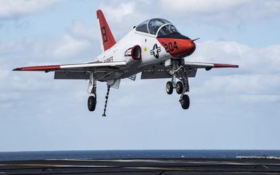Samolot szkolenia zaawansowanego Boeing T-45C Goshawk podchodzi do lądowania na lotniskowcu z wysuni