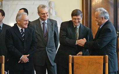 Prof. Michał Kleiber, minister nauki (drugi z lewej), obok premiera Leszka Millera, współzałożyciela