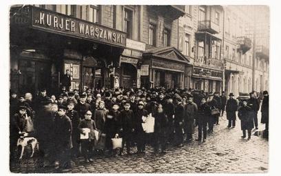 Młody Aleksander Głowacki nie doceniał siły redakcji, w której teraz pracował – w Warszawie liczono