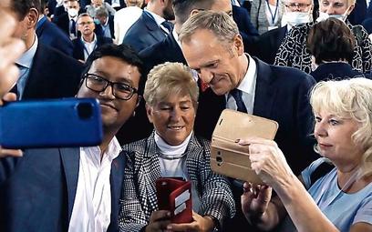 Donald Tusk z wyborcami podczas konwencji PO