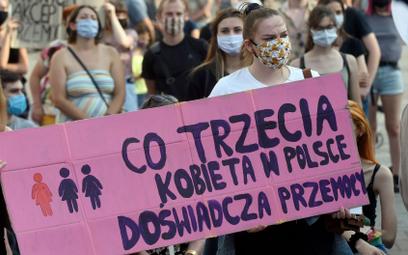 """Protest kobiet w Krakowie w ramach ogólnopolskiej akcji """"Nie dla przemocy domowej"""". Lipiec 2020 r."""
