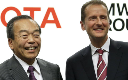 Takeshi Uchiyamada, wiceprezes Toyota Motor Corp i Herbert Diess, wiceprezes BMW ds. rozwoju