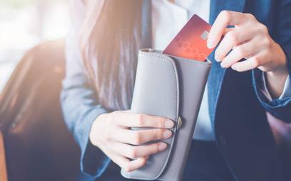 Pionowe karty płatnicze. Nie eksponują danych, są ładniejsze