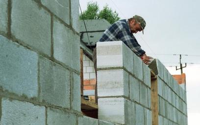 Mniej za ułożenie glazury, więcej za usługi murarskie