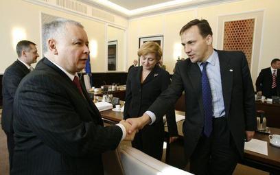 Jarosław Kaczyński i Radosław Sikorski jeszcze jako koledzy z rządu - październik 2006 r.