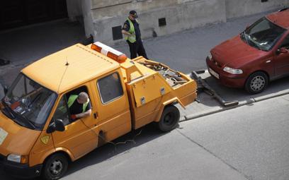 Opłata za usunięcie i parkowanie odholowanego samochodu jest niezgodna z prawem - RPO interweniuje