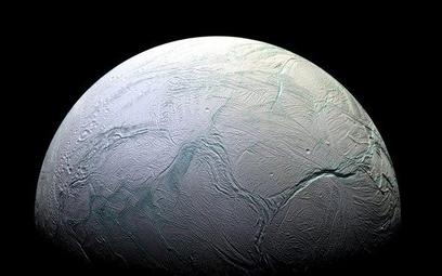 Enceladus to szósty co do wielkości księżyc Saturna